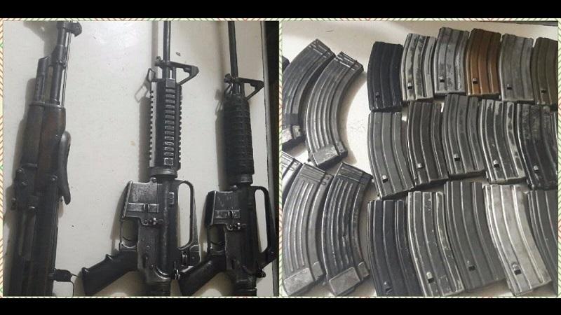 Los elementos policiales dieron alcance y detuvieron a Ignacio M., y decomisaron dos armas de fuego AR-15, con 18 cargadores y 440 cartuchos útiles