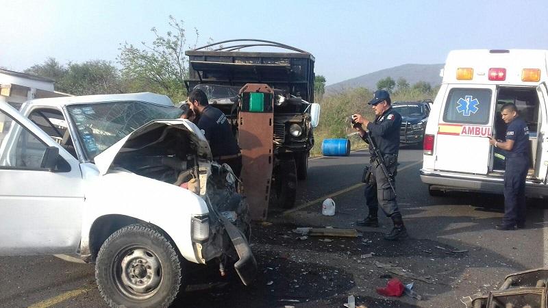 Testigos informaron que el conductor de la camioneta Nissan venía circulando a exceso de velocidad y al pasar una curva invadió carril para chocar contra la camioneta de tres y media toneladas