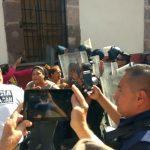 Minutos después, los manifestantes se retiraron para congregarse a las afueras de Palacio de Gobierno donde siguieron manifestándose pero ya sin obstruir la circulación vehicular de la Avenida Madero