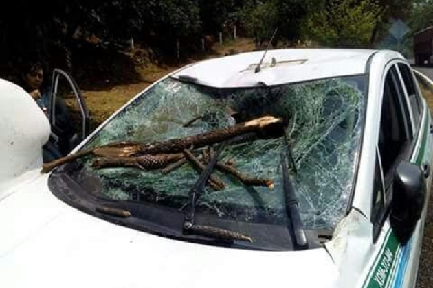 Conductores que se percataron del accidente solicitaron el apoyo a la línea de emergencias y en cuestión de minutos arribo una unidad de la Policía Michoacán si como paramédicos los cuales atendieron a las personas por crisis nerviosas