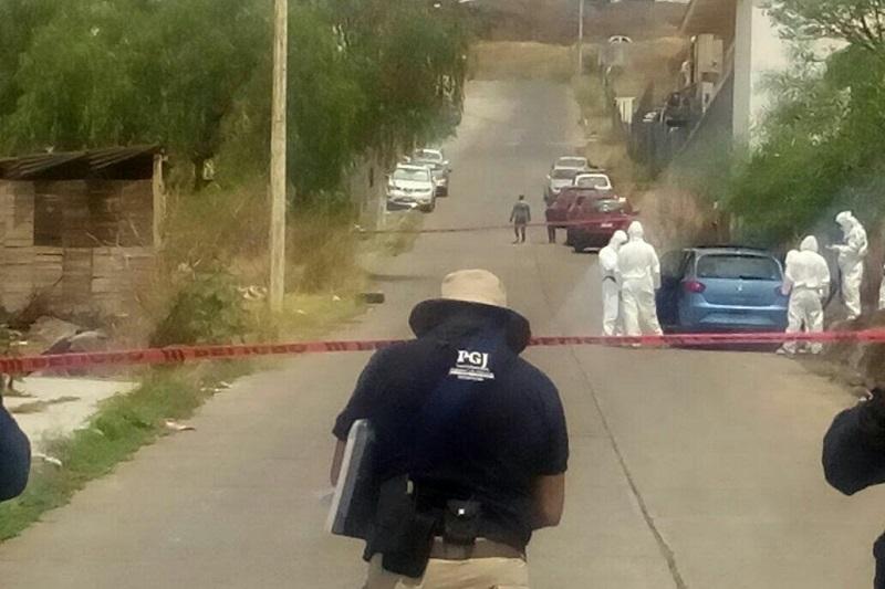 Personas que pasaban por la calle Armado Carnero reportaron a la línea de emergencias que abordo de un vehículo Seat tipo Ibiza, de color azul, sin placas, se encontraba una persona del sexo masculino inconsciente y con sangre