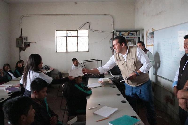 El funcionario estatal recorrió el centro 109 Turícuaro, ubicado en el municipio de Nahuatzen, donde los asesores y alumnos reconocieron el interés que ha tenido para impulsar los centros educativos de las regiones