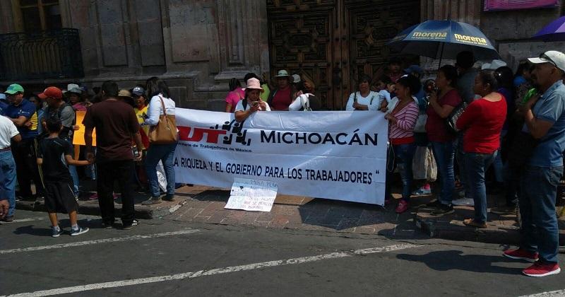 Algunos de los manifestantes traían sombrillas y camisetas con el logotipo del Morena (FOTO: FRANCISCO ALBERTO SOTOMAYOR)