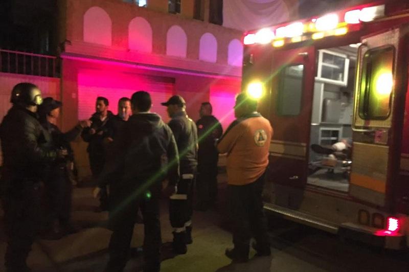 Los asaltantes lesionaron a una mujer identificada como Emilia C., de 67 años de edad, con domicilio en la calle Real de Santa Rosa la cual presentaba un balazo, por lo que fue atendida por paramédicos de Policía Michoacán
