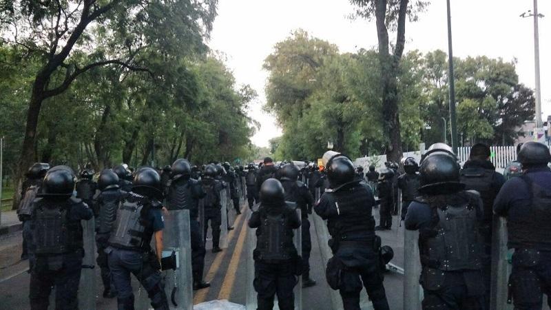 El campamento de la CNTE ya llevaba más de dos semanas frente a la Secretaría de Finanzas y Administración del Gobierno de Michoacán; exigían el pago de bonos pendientes y los subsidios para la operación de los CENDIS