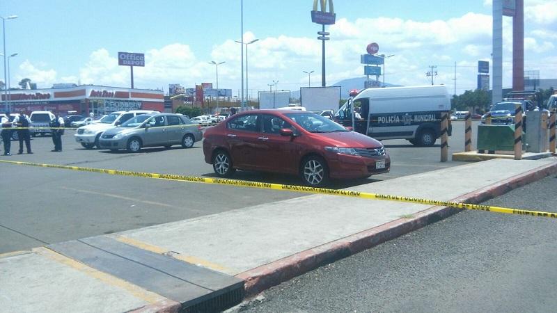 Según versiones extraoficiales, la mujer se resistió al asalto y los delincuentes le dispararon, provocándole al menos dos heridas de bala y dejándola tirada en el estacionamiento
