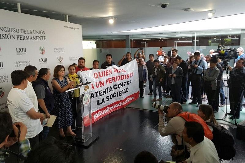 A su arribo al Senado, los comunicadores se toparon con vallas que les impedían el paso, fue el senador michoacano, Raúl Morón, quien les apoyó para poder ingresar al inmueble