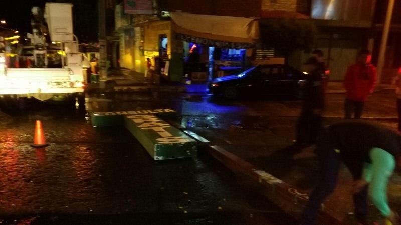 El anuncio de una farmacia y un consultorio médico cayó sobre el arroyo vehicular y fue retirado por la Coordinación de Protección Civil y Bomberos Municipales