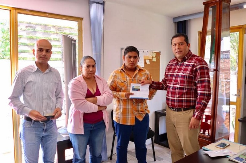 El estudiante Gabriel Granados recibió del director general del subsistema, Juan Carlos Barragán Vélez, el apoyo económico, que le será depositado a una cuenta bancaria de forma bimestral durante los siguientes 10 meses