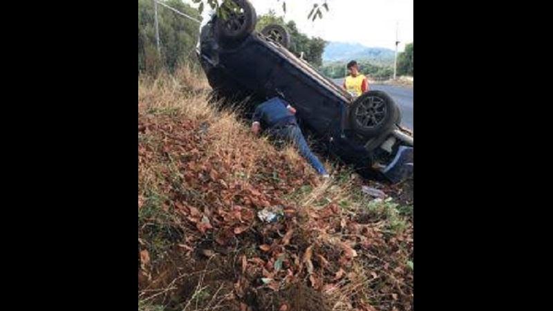 El automóvil era conducido por un joven de aproximadamente 25 años de edad, que al igual de los otros tres ocupantes, quienes se negaron a dar los datos personales