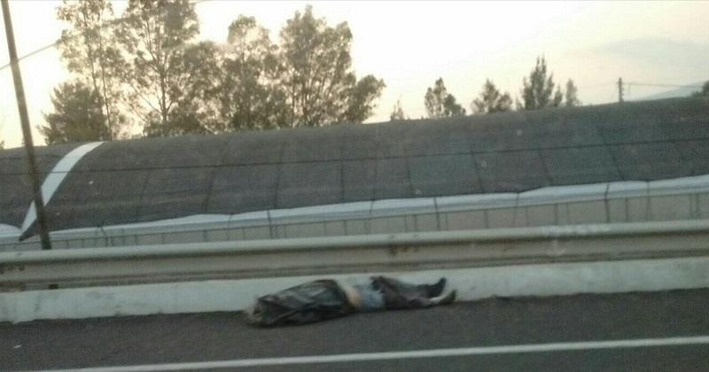 Al lugar se trasladaron unidades de la Policía Federal y Policía Michoacán los cuales confirmaron que se trataba de una persona, a la cual únicamente se le observaba el pantalón por lo que solicitaron el apoyo de la Fiscalía Regional