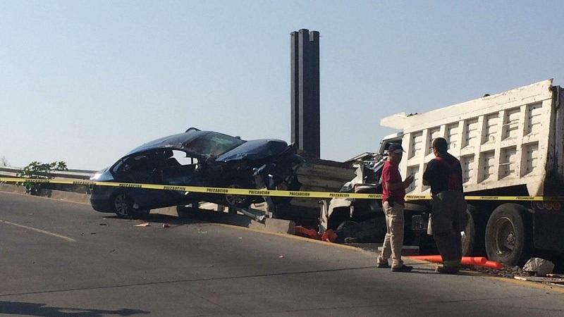 En el accidente un obrero que se encontraba trabajando en un obra en construcción fue arrollado, quedando prensado entre ambos vehículos