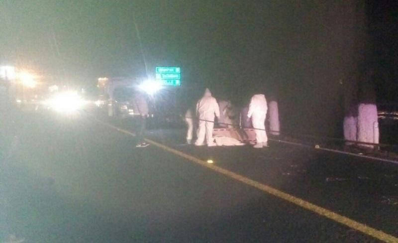 Personal de Bomberos de la empresa Arcelor Mittal acudieron al lugar del percance a sofocar las llamas de la camioneta, la cual se había incendiado tras el percance automovilístico