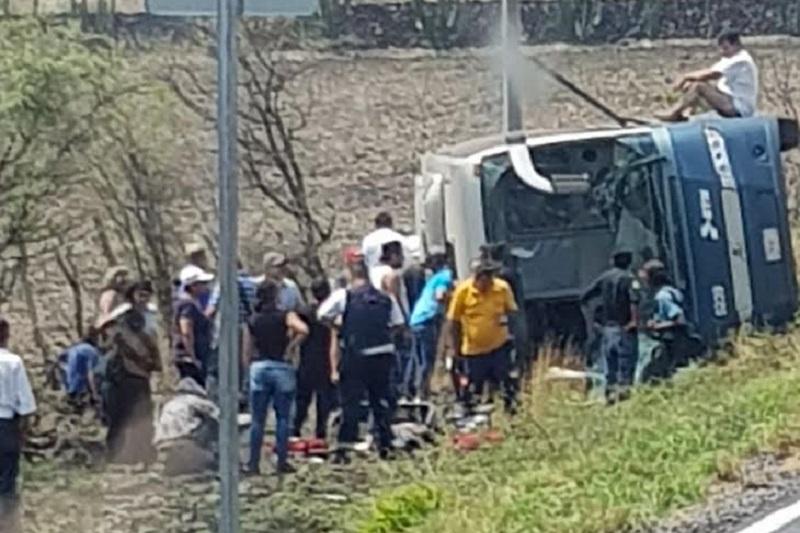 Fue necesario el apoyo de dos equipos hidráulicos para liberar a la menor, y posteriormente trasladar a 6 lesionados a la clínica San José y 3 lesionados a clínica Santa María ubicada en el municipio de Zamora