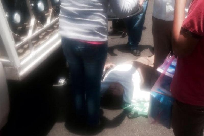 La mujer fue auxiliada por los servicios de emergencia y la Policía de Morelia, mientras que el chofer quedó en calidad de detenido hasta deslindar responsabilidades (FOTOS: FRANCISCO ALBERTO SOTOMAYOR)