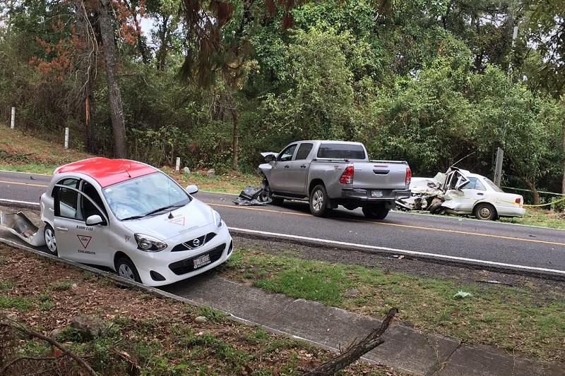 Tras el impacto de las unidades quedó prensado el conductor del vehículo Nissan Tsuru y al arribar los servicios de emergencia confirmaron que la persona ya había perdido la vida, por lo que fue acordonada el área por personal de la Policía Michoacán