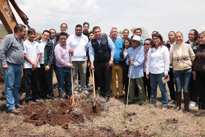 El director general del subsistema, Juan Carlos Barragán Vélez, y el alcalde de Coeneo, José Luis Vega Torres, dieron el banderazo de inicio de la construcción del edificio
