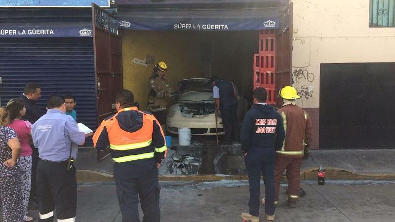 Personal de la Policía Michoacán apoyó con el cierre de circulación por aproximadamente una hora mientras los bomberos laboraban en el lugar, donde por fortuna no hubo personas lesionadas