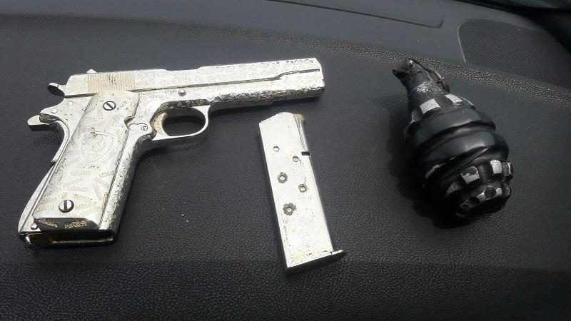 Al revisar la unidad, las autoridades aseguraron un arma de fuego calibre .45mm y una granada de fragmentación que también fueron presentadas ante las autoridades encargadas de investigar el caso