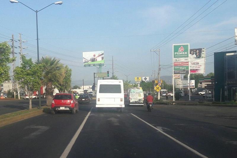Es común ver a lo largo del periférico sobre el carril de la extrema derecha un camión de carga, en el carril del centro un tráiler y sobre el carril de la extrema izquierda pegado al camellón que debería ser sólo para rebasar, un autobús de pasajeros creando largas filas