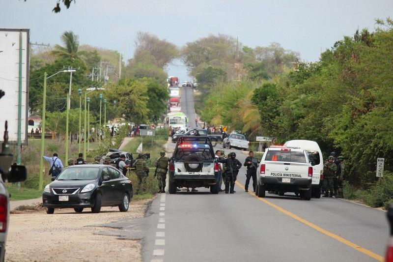 En el lugar fueron abatidos tres civiles y uno más logro darse a la fuga hacia unas huertas de mango, dejando abandonado el vehículo, un fusil AK-47, otro AK-47, además de dos armas cortas