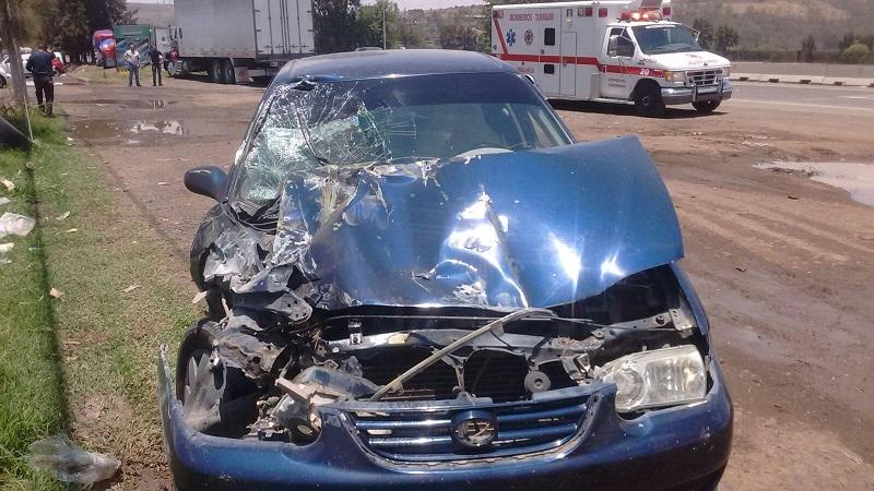 Testigos informaron que el camión salió del Fraccionamiento Las Espigas sin la debida precaución por lo que el vehículo compacto se impactó contra la unidad del servicio público