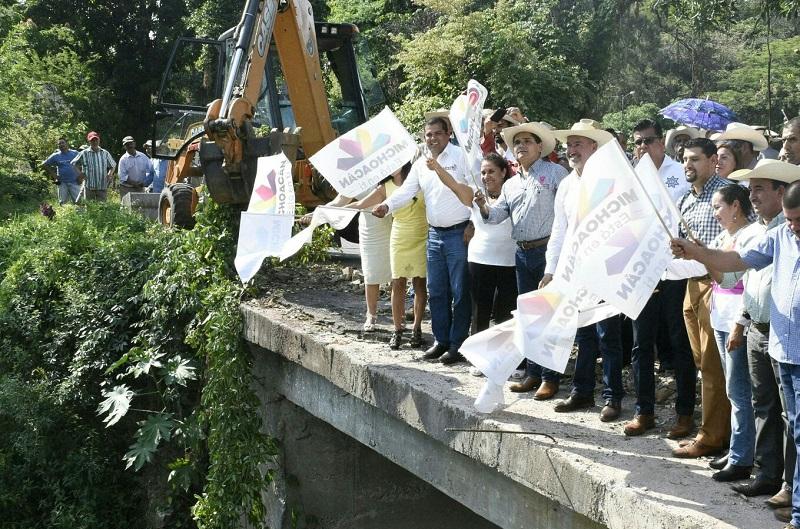 Este puente que será rehabilitado en su totalidad con una inversión de 5 mdp, era una de las principales demandas de esta comunidad, ya que por la zona transitan productores de guayaba de la región y la vía estaba severamente dañada por inclemencias pluviales