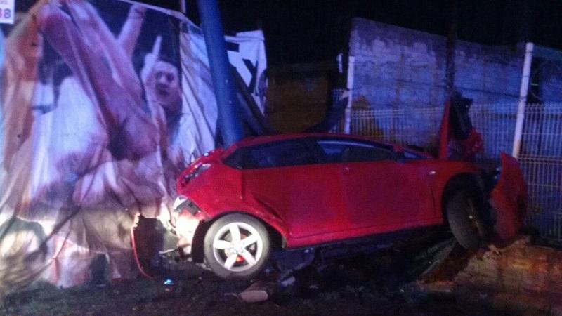 Elementos de la Policía Michoacán fueron los encargados de realizar el peritaje del accidente y retirar el vehículo a un corralón oficial