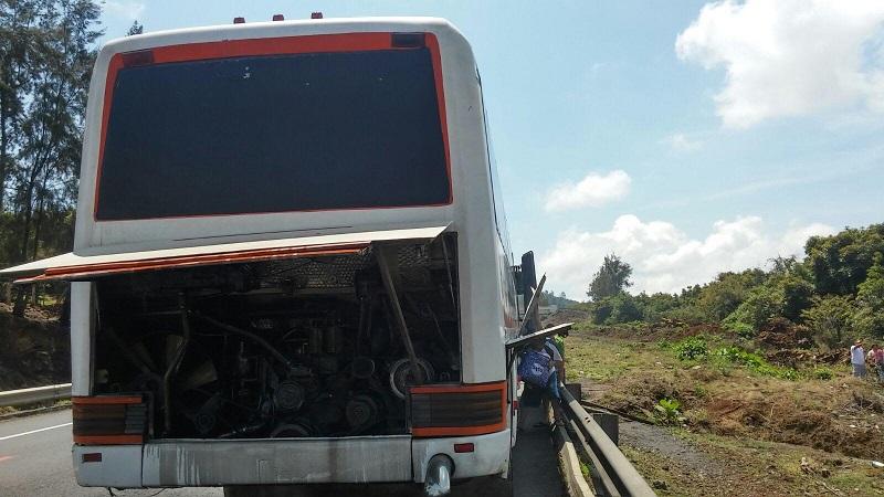 Minutos después del mediodía de sábado automovilistas que transitaban sobre la autopista Siglo XXI a la altura del kilómetro 82 perteneciente al tramo Uruapan - Pátzcuaro, reportaron el incendio de un autobús