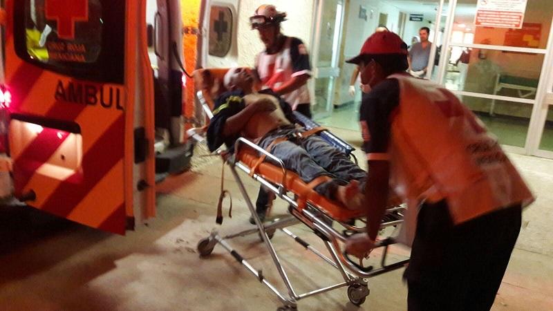 Los paramédicos trasladaron a un hospital al lesionado para su atención médica mientras en el lugar se desarrollaba un operativo para intentar dar con los agresores del trailero lesionado