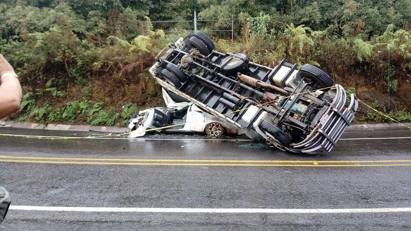 El torton volcó al llegar a la desviación a Los Reyes, debido al exceso de velocidad y el piso mojado