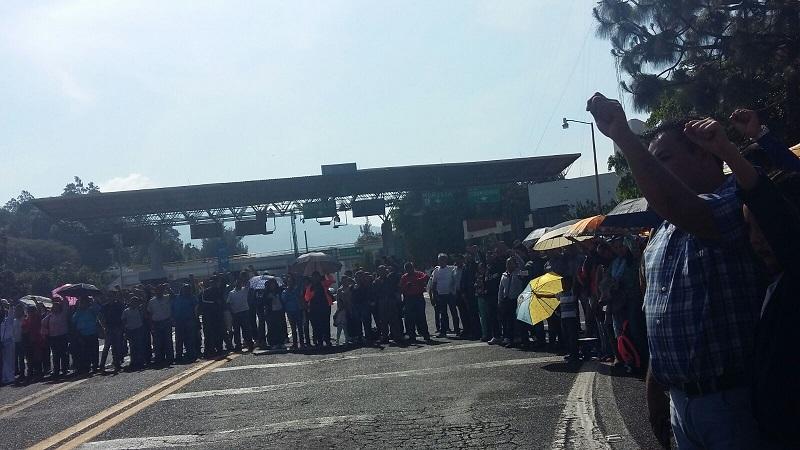 De esta forma, la CNTE y los comuneros indígenas exigen la liberación de 13 detenidos desde el pasado 24 de febrero, cuando robaron y quemaron vehículos, pero además se enfrentaron a policías estatales