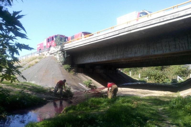 La tarde de este martes reportaron a la línea de emergencias una fuga de combustible sobre la carretera Salamanca – Morelia a la altura de la comunidad de Santa Cruz, perteneciente al municipio de Tarímbaro