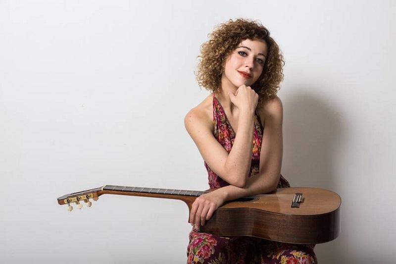 La guitarrista italiana ha participado en cursos internacionales de perfeccionamiento musical con Ricardo Gallén, Dusan Bogdanovich y Magnus Andersson entre otros