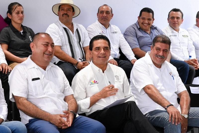 """""""Yo no abandonaré a esta región, por ello acudo semanalmente a diversos municipios de la Tierra Caliente, pero siempre constante en el trabajo que aquí se realiza"""", afirmó Aureoles Conejo"""