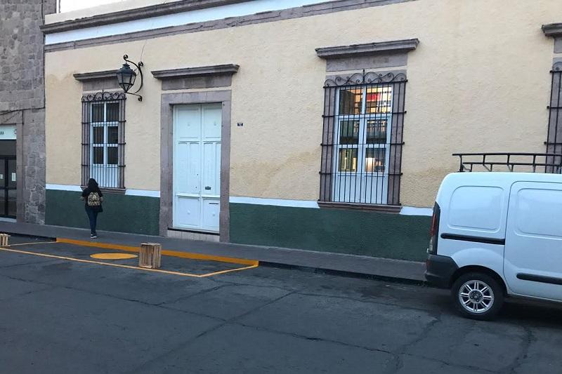 En la calle Rayón muy cerca de la Avenida Madero Poniente frente al número 72, sin tener una entrada de automóvil, simplemente pintaron un cajón de estacionamiento con rayas amarillas para impedir que alguien se estacione frente a la fachada