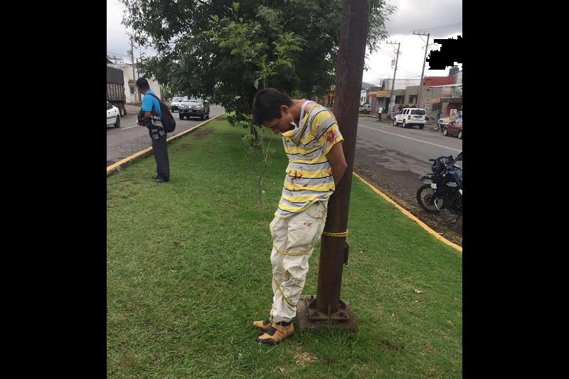 Los agraviados lo amarraron a un poste de una lámpara del alumbrado público para que personal de la Policía Michoacán se hiciera cargo