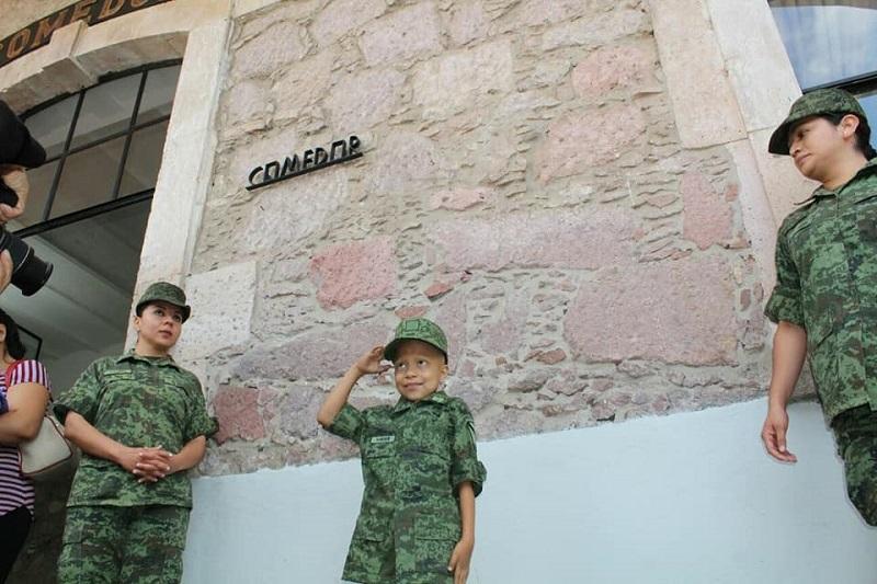 En el evento, la niña recibió su reconocimiento y su medalla de identidad como soldado honoraria (FOTOS: MARIO REBOLLAR)