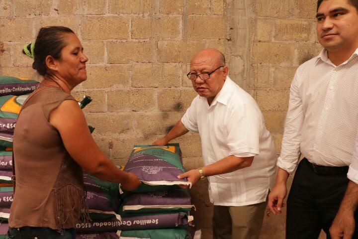 Gilberto Zarco explicó que este día se entregaron a los productores y campesinos 240 toneladas de fertilizante químico, mil sacos de semilla mejorada, y cinco mil litros de fertilizante orgánico, y 50 rollos de alambre de púas