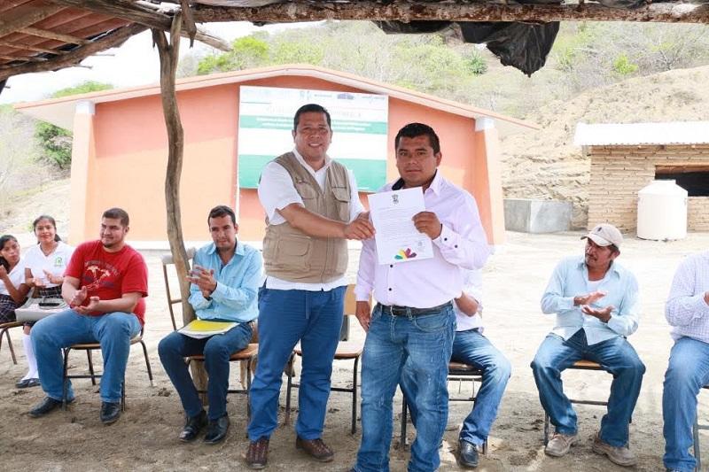 Tras realizar la supervisión de los planteles 17, 18 y 20 de las comunidades de El Coire, Pómaro y La Ticla, en el municipio de Aquila, Barragán Vélez aseguró que se trabaja para incrementar los apoyos que permitan fortalecer la formación educativa de jóvenes y adultos de la región