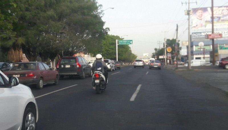 Los conductores de motos siempre deben circular por el lado derecho lo cual en Morelia, parece, sigue siendo letra muerta por parte de motociclistas al violar la norma y a la vez, arriesgar su vida y por consecuencia la de los demás
