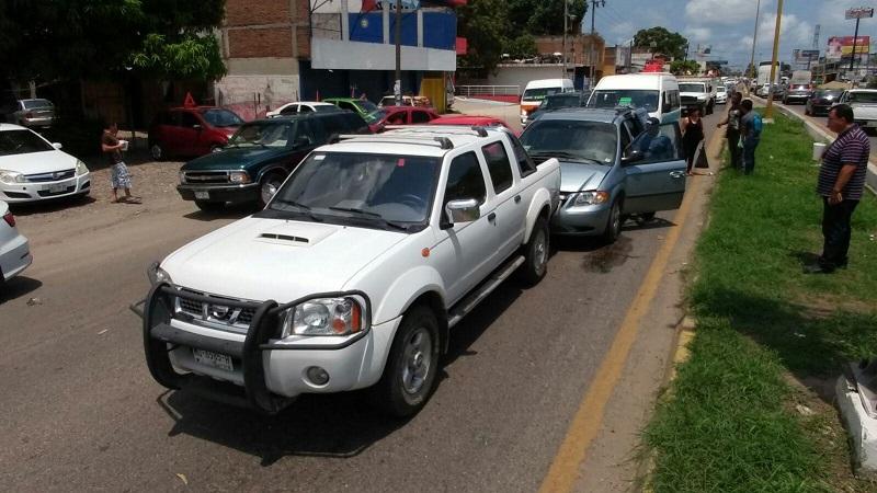Personal paramédico de Cruz Roja arriba lugar del accidente donde el interior de la Urvan rescataron a la persona identificada como Wendolin A., de 23 años quién fue trasladada a la clínica Morelia para su atención médica