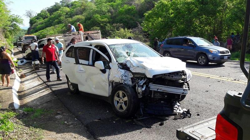 La autopista fue cerrada por personal militar mientras los servicios de emergencia laboraban con los lesionados y Policía Federal realizaba el peritaje del accidente para deslindar responsabilidades