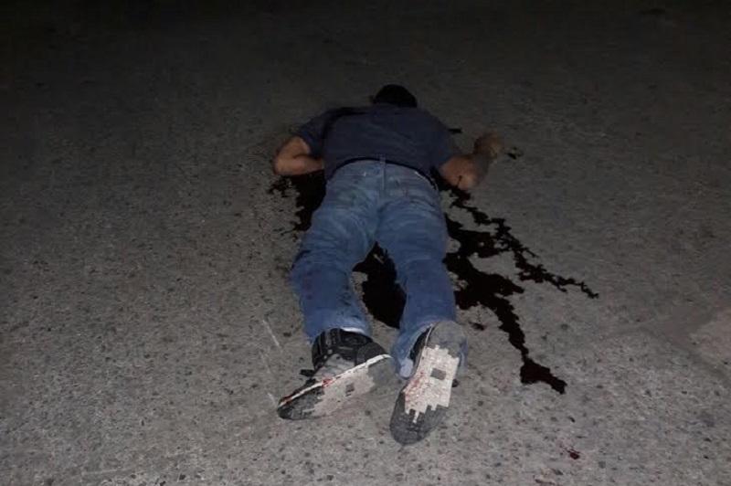 Personal de Asociación de Bomberos del Estado de Michoacán (ABEM), arribó al sitio indicado donde encontraron el cuerpo ya sin vida de un hombre de aproximadamente 35 años de edad, quien se encontraba en medio de un charco de sangre