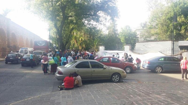 Al mismo tiempo, un grupo de personas del Cococam se manifiesta a unos metros, frente a la Secretaría de Finanzas y Administración del Gobierno de Michoacán