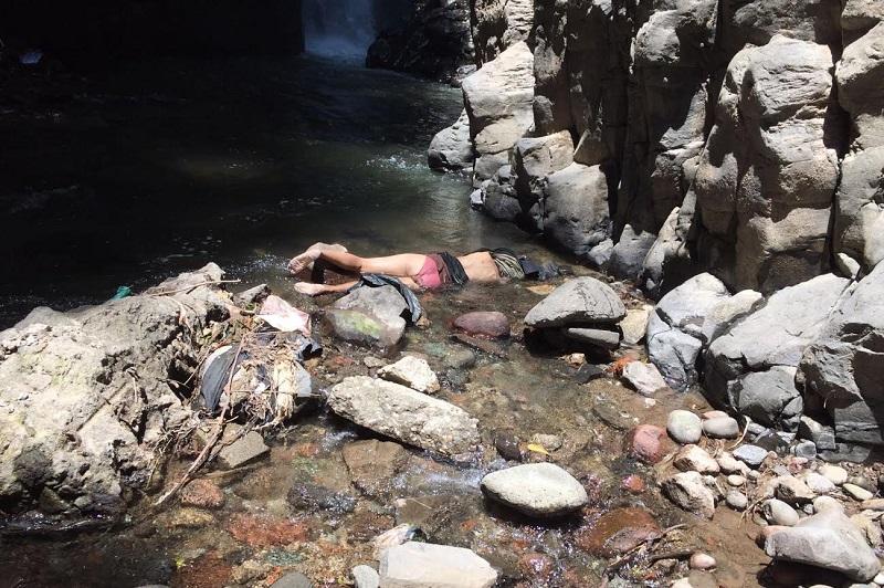 Personas que transitaban sobre la carretera Zitácuaro – Morelia a la altura del Puente de Fierro se percataron que en el fondo se apreciaba un cuerpo por lo que solicitaron el apoyo a la línea de emergencias