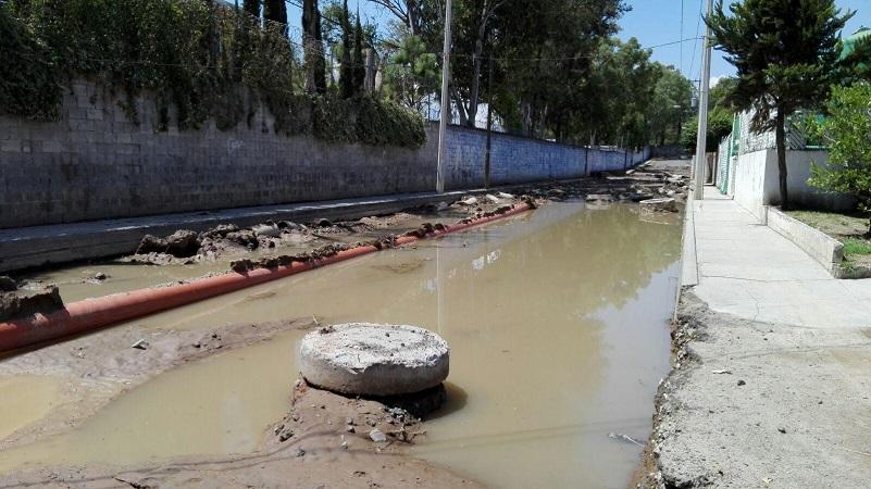La problemática se ha extendido al menos a otras tres cuadras al referir que la vialidad afectada está conectada a otros fraccionamientos y comunidades rurales donde históricamente se registran inundaciones