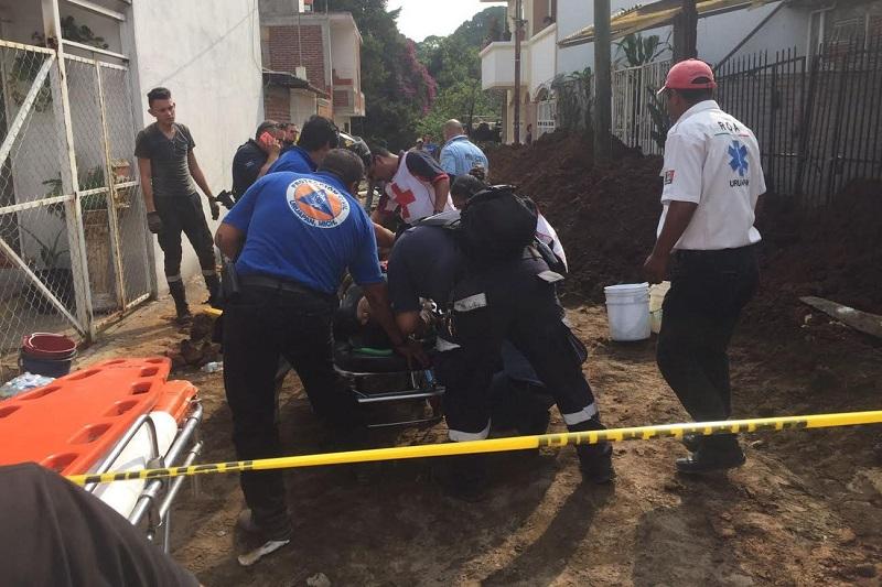 El accidente registrado minutos después de las 16:00 horas de este martes, se suscitó cuando un grupo de trabajadores de la empresa Concretos, Asfaltos y Estructuras Metálicas de Occidente laboraba el interior de una zanja realizando un cambio de tubería