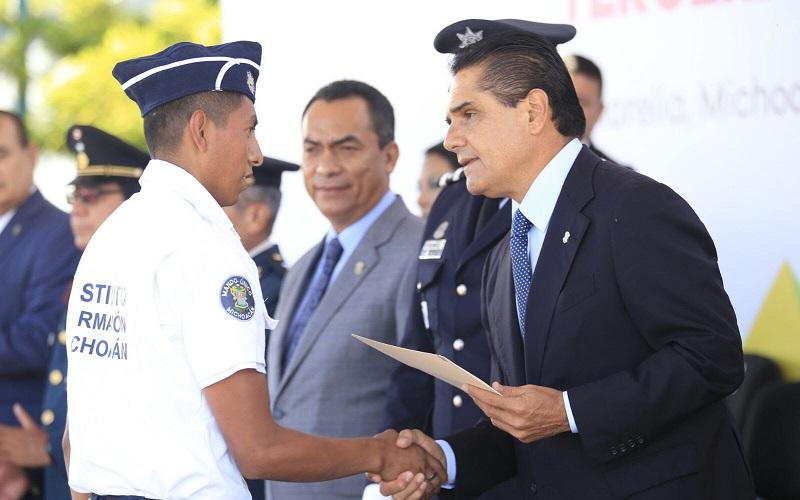 En su mensaje y ante los 224 nuevos cadetes, el mandatario estatal refrendó el compromiso del Gobierno del Estado para seguir en el esfuerzo de dignificar los sueldos y las condiciones laborales