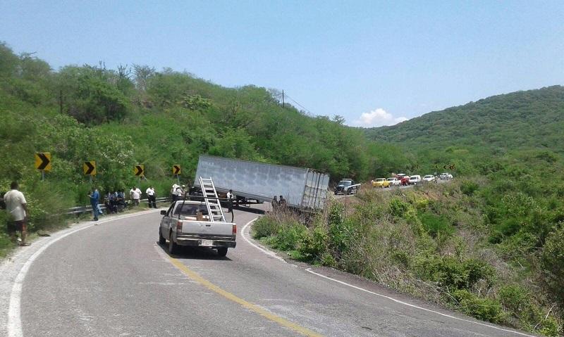 Alrededor de tres horas estuvo detenido el tráfico, mientras esperaban la grúa y después de varias maniobras logran darle flujo vehicular a un solo carril